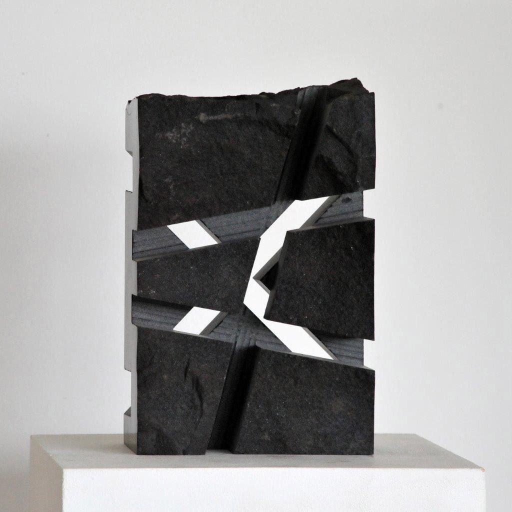 """""""Kreuz für Licht und Schatten"""", 2014, schwarzer schwedischer Granit, 32 x 20 x 14 cm"""