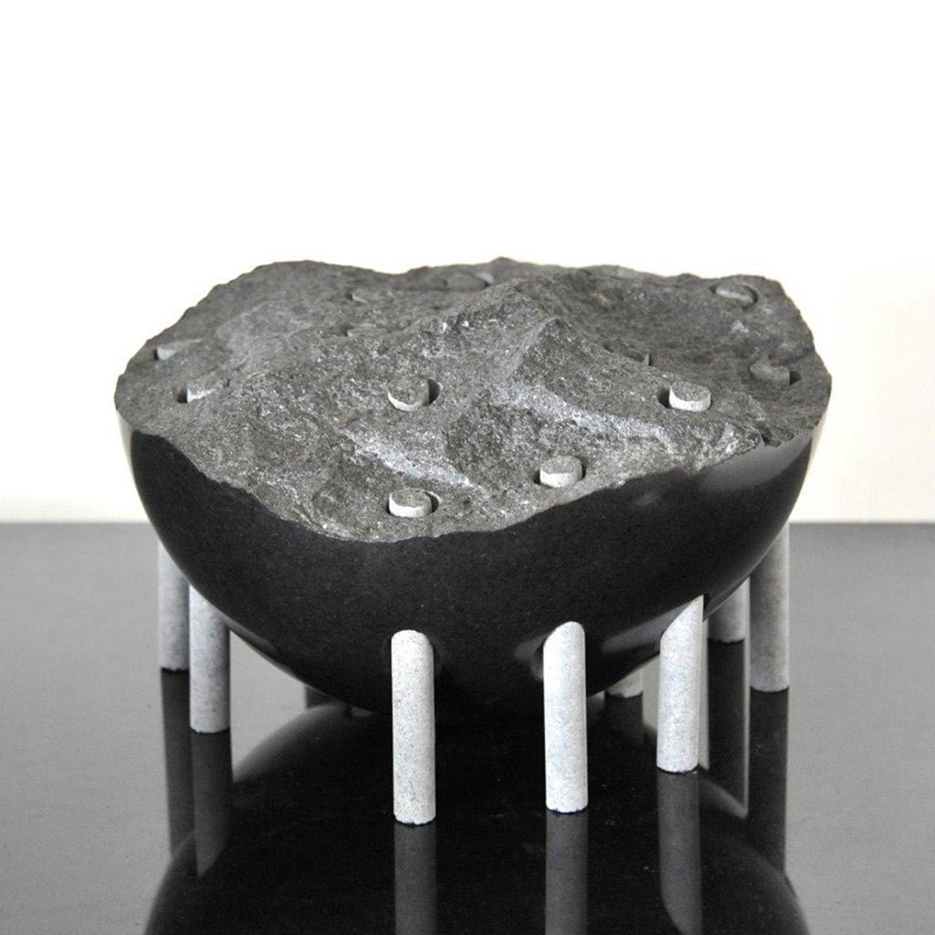"""""""Säuleninsel"""", 2020, schwarzer schwedischer Granit, H. 18 cm, Durchm. 29 cm"""